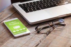 Σε απευθείας σύνδεση αγορές app σε ένα κινητό τηλέφωνο Στοκ φωτογραφίες με δικαίωμα ελεύθερης χρήσης