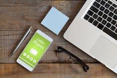 Σε απευθείας σύνδεση αγορές app σε ένα κινητό τηλέφωνο Στοκ εικόνα με δικαίωμα ελεύθερης χρήσης