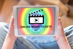 Σε απευθείας σύνδεση εισιτήρια κινηματογράφων που αγοράζουν την έννοια σε μια ταμπλέτα Στοκ Εικόνες
