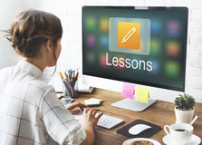 Σε απευθείας σύνδεση εκπαίδευση εικονιδίων μολυβιών που μαθαίνει τη γραφική έννοια Στοκ εικόνες με δικαίωμα ελεύθερης χρήσης