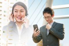 Σε απευθείας σύνδεση επικοινωνία επιχειρηματιών με τις εξυπηρετήσεις πελατών στοκ εικόνες