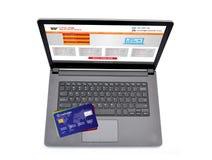 Σε απευθείας σύνδεση ιστοχώρος αγορών στην οθόνη lap-top με τις πιστωτικές κάρτες Στοκ Εικόνα