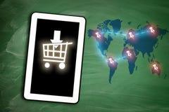 Σε απευθείας σύνδεση κάρρο αγορών στην ταμπλέτα και καρφίτσες γύρω από τον παγκόσμιο χάρτη σε chal Στοκ φωτογραφίες με δικαίωμα ελεύθερης χρήσης