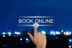 Σε απευθείας σύνδεση κουμπί βιβλίων χεριών ωθώντας στην οθόνη αφής Στοκ Φωτογραφία