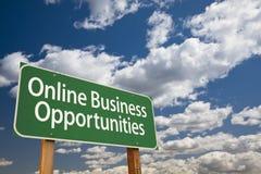Σε απευθείας σύνδεση πράσινα οδικό σημάδι εμπορικών ευκαιριών και σύννεφα στοκ φωτογραφία με δικαίωμα ελεύθερης χρήσης