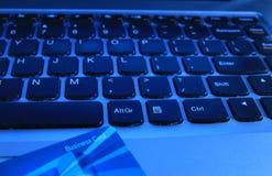 Σε απευθείας σύνδεση πληρωμή υπολογιστών ηλεκτρονικού εμπορίου με μια επαγγελματική κάρτα στοκ εικόνα