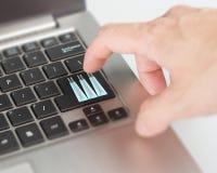 Σε απευθείας σύνδεση συναλλαγή και αγορές κουμπιών τσαντών αγορών lap-top ώθησης Στοκ εικόνα με δικαίωμα ελεύθερης χρήσης