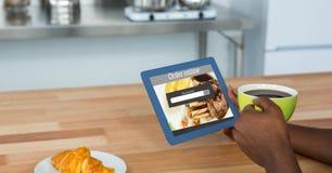 Σε απευθείας σύνδεση τρόφιμα app στο PC ταμπλετών που κατέχει ο καφές εκμετάλλευσης ατόμων Στοκ εικόνα με δικαίωμα ελεύθερης χρήσης