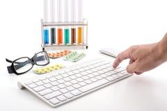 Σε απευθείας σύνδεση φαρμακείο: επιλέξτε τι χρειάζεστε Στοκ φωτογραφίες με δικαίωμα ελεύθερης χρήσης