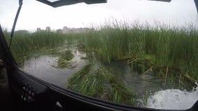 Σε αργή κίνηση άποψη από το σύγχρονο hovercraft που πλέει με τη μεγάλη λίμνη φιλμ μικρού μήκους
