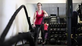 Σε αργή κίνηση ακολουθία γυναίκας στην επίλυση γυμναστικής απόθεμα βίντεο