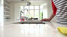 Σε αργή κίνηση ακολουθία επιφάνειας καθαρισμού γυναικών στην κουζίνα απόθεμα βίντεο