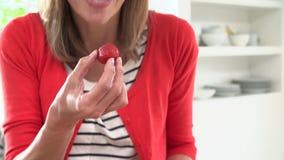 Σε αργή κίνηση ακολουθία κοπής και κατανάλωσης γυναικών της φράουλας απόθεμα βίντεο