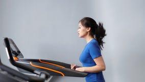 Σε αργή κίνηση ασιατική γυναίκα ικανότητας που κάνει το καρδιο τρέξιμο treadmill στο μέσο πυροβολισμό γυμναστικής ή σπιτιών απόθεμα βίντεο