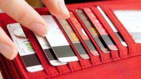Σε αργή κίνηση βίντεο κινηματογραφήσεων σε πρώτο πλάνο του θηλυκού χεριού που παίρνει την πλαστική πιστωτική κάρτα από το πορτοφό απόθεμα βίντεο