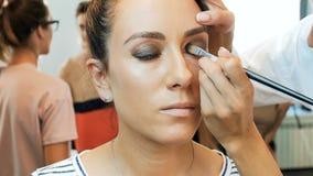 Σε αργή κίνηση βίντεο κινηματογραφήσεων σε πρώτο πλάνο των επαγγελματικών ματιών ζωγραφικής καλλιτεχνών makeup και εφαρμογή masca απόθεμα βίντεο