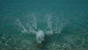 Σε αργή κίνηση βίντεο μιας γυναίκας που βουτά στο θαλάσσιο νερό στην όμορφη ανατολή απόθεμα βίντεο