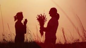 Σε αργή κίνηση βίντεο - ο άνδρας δίνει τα λουλούδια σε μια γυναίκα απόθεμα βίντεο