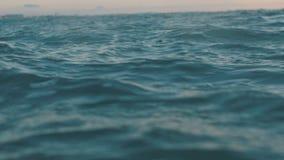 Σε αργή κίνηση βίντεο της επιφάνειας θαλάσσιου νερού Dackground για τις πιστώσεις ή τη εισαγωγή κινηματογράφων απόθεμα βίντεο