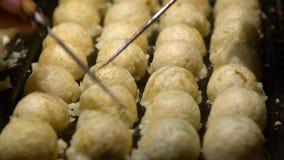Σε αργή κίνηση διαδικασία στο μαγείρεμα Takoyaki Δημοφιλές σφαίρα-διαμορφωμένο ιαπωνικό πρόχειρο φαγητό απόθεμα βίντεο