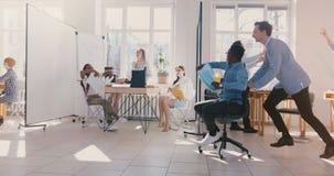 Σε αργή κίνηση διασκέδασης νέα τρελλή αφροαμερικάνων καρέκλα γραφείω απόθεμα βίντεο