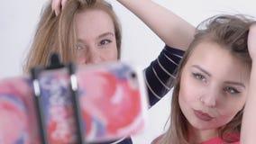 Σε αργή κίνηση δύο κοριτσιών που κάνουν selfie απόθεμα βίντεο