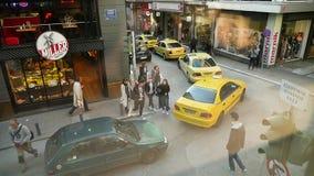 Σε αργή κίνηση εναέρια άποψη Cinematic της οδού της Αθήνας απόθεμα βίντεο