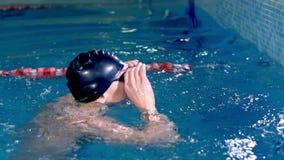 Σε αργή κίνηση ενός κολυμβητή σε έναν ανταγωνισμό κατά τη διάρκεια κολυμπήστε εξετάζει τον πίνακα βαθμολογίας απόθεμα βίντεο