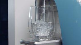Σε αργή κίνηση ενός φλυτζανιού νερού που συμπληρώνει μια φιλτράροντας μηχανή νερού απόθεμα βίντεο