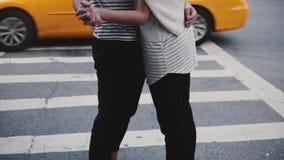 Σε αργή κίνηση ευτυχές νέο ισπανικό άτομο που αγκαλιάζει και που χορεύει με την ευρωπαϊκή φίλη κοντά στο πέρασμα δρόμων με έντονη απόθεμα βίντεο