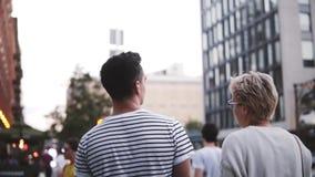 Σε αργή κίνηση ευτυχές νέο ρομαντικό ζεύγος που μιλά εξερευνώντας τις όμορφες οδούς της πόλης της Νέας Υόρκης, δικαίωμα βράσης κα απόθεμα βίντεο