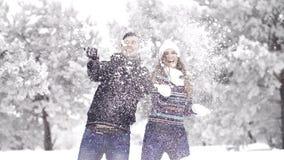 Σε αργή κίνηση: ευτυχές παιχνίδι ζευγών με το χιόνι Χειμερινά ξύλα νεράιδων απόθεμα βίντεο