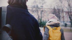 Σε αργή κίνηση ευτυχές όμορφο νέο καυκάσιο κορίτσι που σέρνει το φίλο της από το χέρι κατά μια ρομαντική χειμερινή ημερομηνία έξω απόθεμα βίντεο