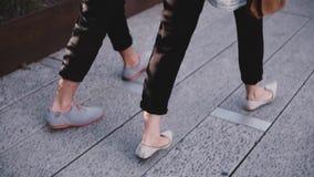 Σε αργή κίνηση ευτυχή ισπανικά χέρια εκμετάλλευσης περπατήματος νεαρών άνδρων με το ευρωπαϊκό κορίτσι κατά μήκος της οδού βραδιού φιλμ μικρού μήκους