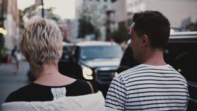 Σε αργή κίνηση ευτυχή χέρια εκμετάλλευσης περιπάτων ζευγών που εξερευνούν τις οδούς βραδιού της πόλης της Νέας Υόρκης που απολαμβ φιλμ μικρού μήκους