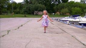 Σε αργή κίνηση εύθυμος λίγο cutie που πηδά ευτυχώς το μικρό κορίτσι φιλμ μικρού μήκους