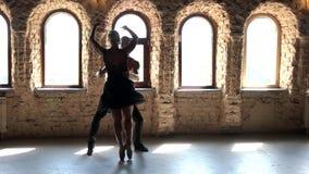 Σε αργή κίνηση ζεύγος των χορευτών μπαλέτου που χορεύουν στο στούντιο απόθεμα βίντεο