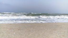 Σε αργή κίνηση ηλιόλουστος πυροβολισμός αφρού άμμου ‹â€ ‹θάλασσας †απόθεμα βίντεο