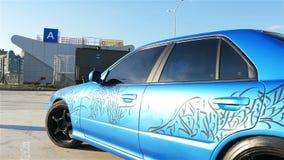 Σε αργή κίνηση κινήσεις καμερών κινηματογραφήσεων σε πρώτο πλάνο κατά μήκος του μπλε αθλητικού αυτοκινήτου απόθεμα βίντεο
