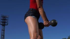 Σε αργή κίνηση - κορίτσι ικανότητας που κάνει την άσκηση στάσεων οκλαδόν απόθεμα βίντεο