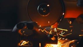 Σε αργή κίνηση Κόκκινος - καυτοί σπινθήρες στη λείανση του υλικού χάλυβα απόθεμα βίντεο