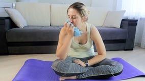 Σε αργή κίνηση μήκος σε πόδηα της πολύ κουρασμένης ιδρωμένης γυναίκας που σκουπίζει το μέτωπό της μετά από να κάνει τις ασκήσεις  απόθεμα βίντεο