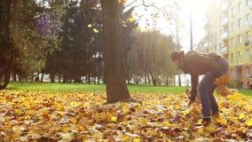 Σε αργή κίνηση μήκος σε πόδηα: θηλυκά κύρια παιχνίδια με το κατοικίδιο ζώο της μια φθινοπωρινή ημέρα ακριβώς έξω από το σπίτι του απόθεμα βίντεο