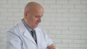 Σε αργή κίνηση με τον ευτυχή γιατρό που παίρνει το στηθοσκόπιο και που αρχίζει το πρόγραμμα εργασίας απόθεμα βίντεο