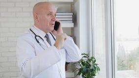 Σε αργή κίνηση με το γιατρό Gesturing και ομιλία σε Smartphone φιλμ μικρού μήκους