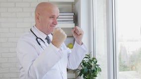 Σε αργή κίνηση με το ευτυχές εσωτερικό νοσοκομείο γιατρών που κάνει τις χειρονομίες χεριών νίκης απόθεμα βίντεο