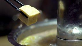 Σε αργή κίνηση μιας tofu λαβής με chopsticks Κινεζικό καυτό πιάτο δοχείων στο Πεκίνο απόθεμα βίντεο