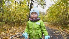Σε αργή κίνηση, μικρό παιδί που τρέχει στο δάσος φθινοπώρου απόθεμα βίντεο
