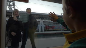 Σε αργή κίνηση μικρό παιδί της Άγιος-Πετρούπολης, Ρωσία από το παράθυρο τραίνων που κυματίζει στους παππούδες και γιαγιάδες που σ απόθεμα βίντεο