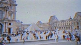 Σε αργή κίνηση μουσείο του Λούβρου ταινιών VHS στο Παρίσι με τους ανθρώπους που θαυμάζουν την πυραμίδα και το μουσείο φιλμ μικρού μήκους